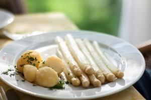 Spargelgericht mit Kartoffeln