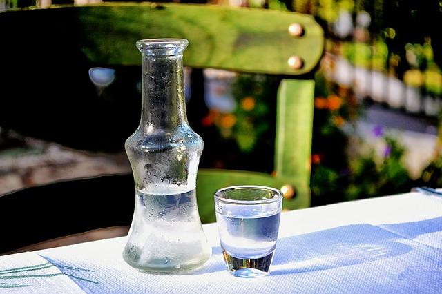 Ouzo aus Griechenland mit einer Flasche Wasser